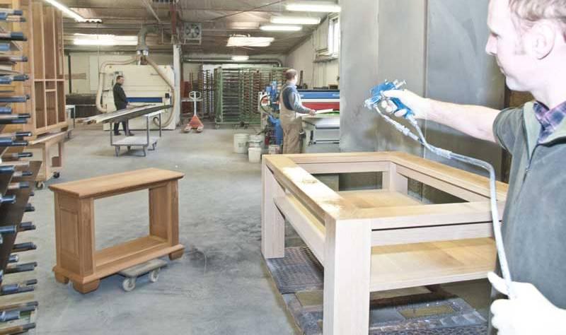 Oberflächenbearbeitung der Eichenmöbel und Massivholzmöbel