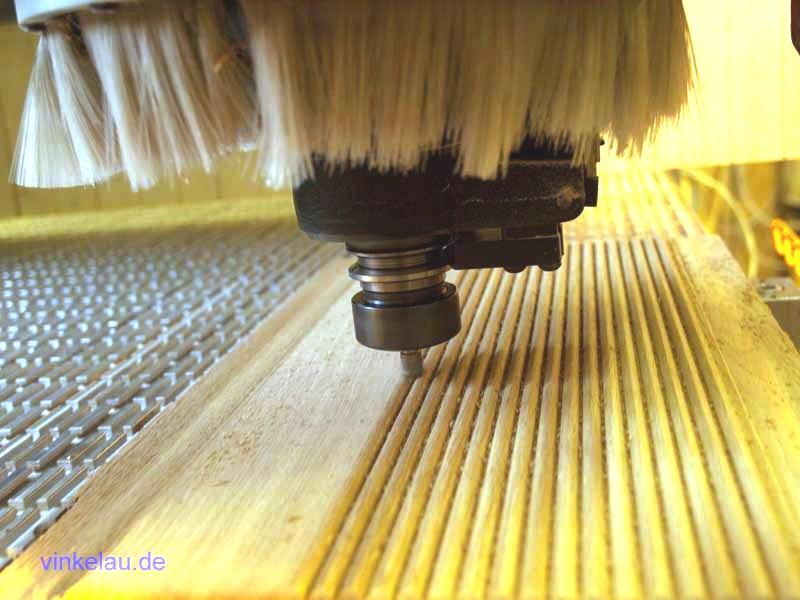 CNC-Fräsen von massiven Rillenfüllungen aus Eiche