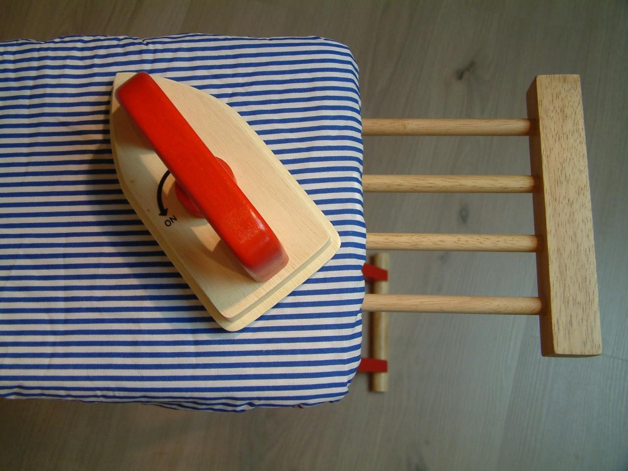 aufklappbares kinder b gelbrett mit blau wei gestreiftem. Black Bedroom Furniture Sets. Home Design Ideas