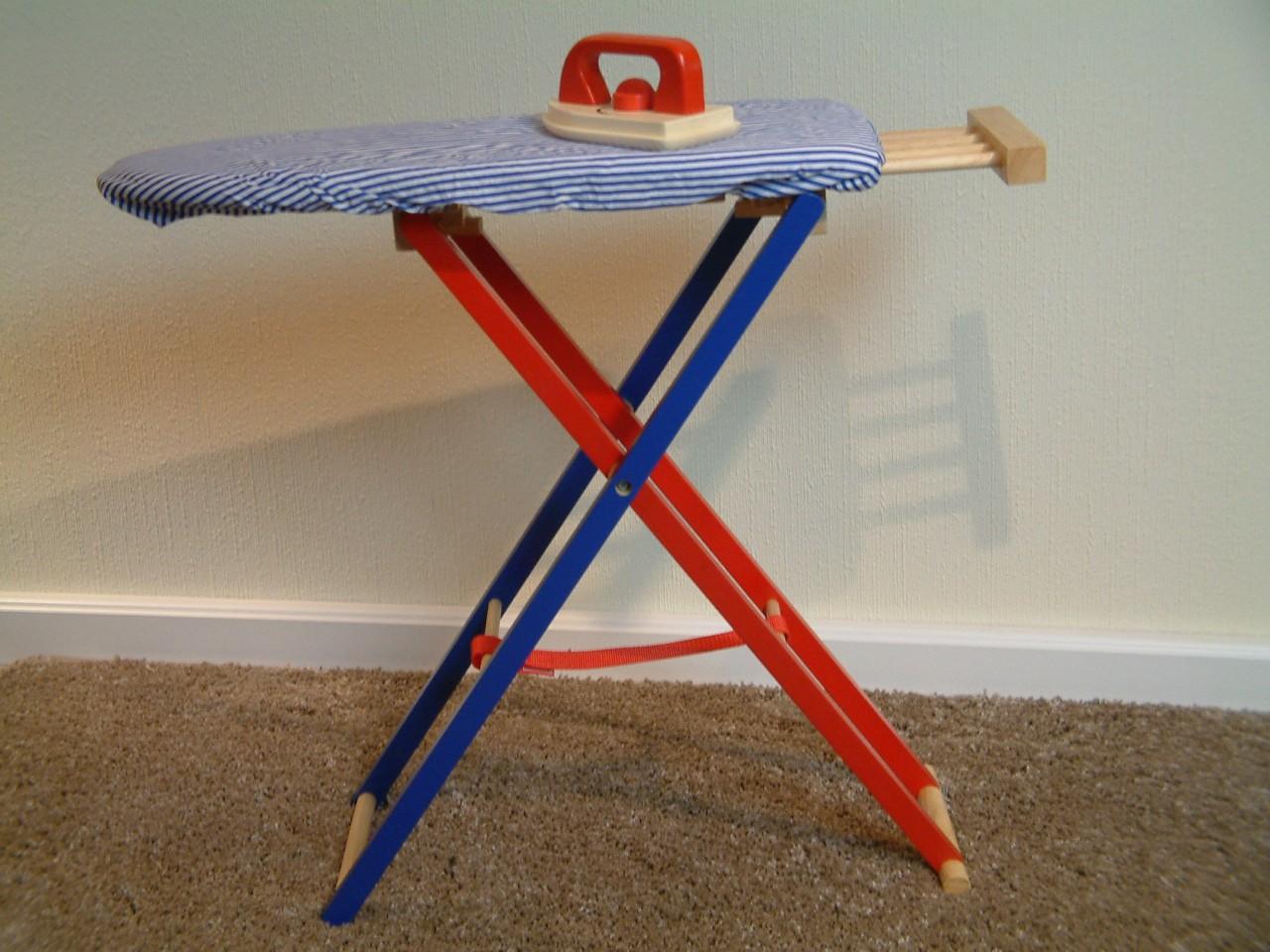 aufklappbares kinder b gelbrett mit blau wei gestreiftem stoffbezug b geleisen aus holz. Black Bedroom Furniture Sets. Home Design Ideas